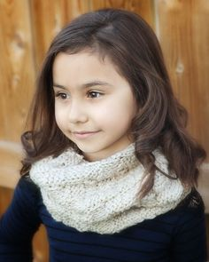 This gorgeous and free knit cowl pattern is the perfect winter knitting pattern.