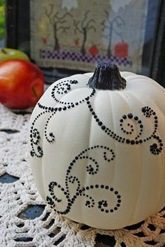 A Halloween pumpkin has a great significance to the celebration of Halloween. In every Halloween party or gathering, you can … Easy Halloween, Holidays Halloween, Halloween Crafts, Halloween Decorations, Halloween 2019, Halloween Printable, Halloween Painting, Halloween Ornaments, Halloween Spider