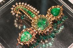 Sarpesh or Kilangi turban ornament featuring carved emerald with polki diamonds, emerald beads and enamel, from Delhi, early Nineteenth Century Mughal Jewelry, India Jewelry, Antique Jewelry, Mens Jewellery, Wedding Dress Men, Wedding Attire, Royal Jewelry, Gold Jewelry, Groom Accessories