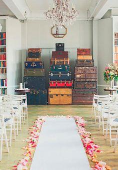 Fondo de altar para boda DIY muy original con maletas vintage