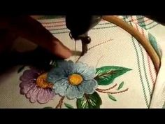 tecnicas de bordados a maquina antigua - YouTube Crystal Embroidery, Tambour Embroidery, Hand Embroidery Flowers, Embroidery Thread, Embroidery Ideas, Thread Art, Needle And Thread, Sewing Tutorials, Sewing Crafts