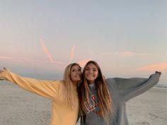 𝚙 𝚒 𝚗 𝚝 𝚎 𝚛 𝚎 𝚜 𝚝: - Bff Pictures Cute Friend Pictures, Best Friend Pictures, Bff Pics, Friend Picture Poses, Beach Foto, Beach Pics, Best Friend Photography, Insta Photo Ideas, Cute Friends
