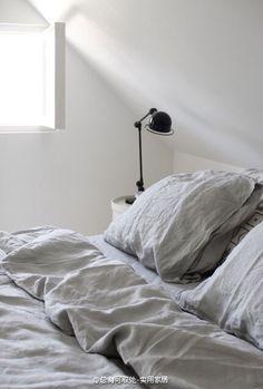 浅灰色床品,自带褶皱,看着就柔软舒适。浅灰色干净明亮,又比纯白耐脏。