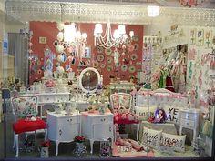 Local en la Galeria San Jose de Flores, Av Rivadavia 6836 local 35, vidriera de septiembre.