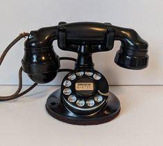 Western Electric model 102 1927 - 1930 The Doc Porter Museum of Telephone History Telephone Retro, Retro Phone, Telephone Booth, Radios, Et Phone Home, Antique Phone, Vintage Phones, Pub Set, Vintage Display