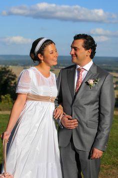 Thomas en costume sur mesure gris de chez L'Atelier 5. Chemise sur mesure et cravate en soie rose à motif. Rose à la boutonnière. #wedding #mariage