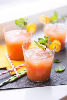 Gin orange // www.maku.fi.      1 l appelsiinitäysmehua, 5 dl     porkkanamehua,     5 dl     greippimehua,     1 l     kivennäisvettä.  Lisäksi      0,4 dl     giniä (per annos)  Muut ainesosat      Jääpaloja ja koristeluun mintunoksia sekä kumkvatti- tai appelsiininkuoriviipaleita.      Sekoita hyvin viilennetyt mehut kulhossa ja lisää joukkoon kivennäisvesi. Kaada juoma laseihin ja lorauta aikuisten annoksiin giniä.      Viimeistele juoma jäillä ja koristele kumkvattiviipaleilla ja…