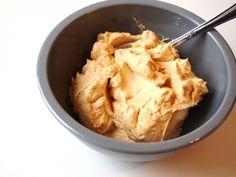 Diese Karamellcreme aus Frischkäse und Butter ist angenehm frisch und eignet sich gut als Frosting für Cupcakes oder dünne Tortenfüllungen.