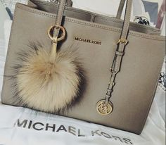 on Michael Kors Fall 2015 Ready-to-Wear - Collection I have this handbag as well in he color Nickel I LOVE IT!Michael Kors Fall 2015 Ready-to-Wear - Collection I have this handbag as well in he color Nickel I LOVE IT! Michael Kors Clutch, Outlet Michael Kors, Michael Kors Fall, Cheap Michael Kors, Handbags Michael Kors, Fall Handbags, Burberry Handbags, Fashion Handbags, Purses And Handbags