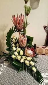 Hasil gambar untuk arranjos florais com proteas Tropical Flowers, Tropical Flower Arrangements, Creative Flower Arrangements, Church Flower Arrangements, Large Flowers, Altar Flowers, Church Flowers, Funeral Flowers, Ikebana Arrangements