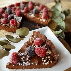 Do popołudniowej kawki ☕ deserek w postaci czekoladowej tarty - bez pieczenia, bez cukru, pszennej mąki i tłuszczu 🖒😍 Inspiracja z bloga…