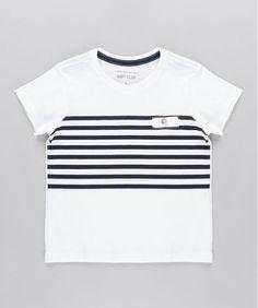 Essa camiseta foi desenvolvida em malha com toque macio. O modelo possui estampa listrada parte  frontal. O charme do modelo é o bolsinho aplicado. O decote é arredondado e as mangas são curtas.  Seu pequeno vai ficar um arraso com esta camiseta!  Composi