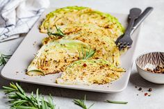 Ropogósra sült, rozmaringos káposzta: ínyenc köret a hizlaló krumpli helyett - Recept | Femina Side Dishes, Chicken, Vegetables, Food, Essen, Vegetable Recipes, Meals, Yemek, Side Dish