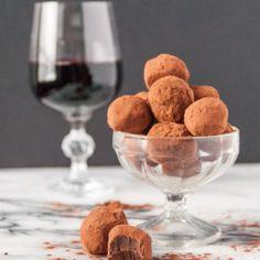 Vegan dark chocolate red wine truffles are the perfect happy hour treat! Vegan Dessert Recipes, Vegan Sweets, Holiday Desserts, Easy Desserts, Vegan Bagel, Vegan Dark Chocolate, Partys, Truffles, Witches