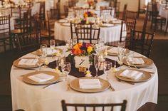 centre de table ronde en roses et niméro en bouchons de liège