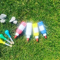 Das Malen einfach mal nach Draußen verlegen - eine sehr schöne Inspiration, danke für die Fotos ❤️ Wir freuen uns sehr, dass ihr mit den Creativer Boxen weiterhin so viel Freude und Ideen habt! 🌈 Unsere Tempera-Farben sind wasserlöslich, wenn die bemalten Steine also draußen bleiben sollen, dann noch mit Klarlack wasserfest machen 😉 #gemeinsamgegenlangeweile #bastelnmitkindernunter3 #bastelnmitkindern #bleibcreativer #bleibdahoam #dahoambleiben Tempera, Art Supplies, Inspiration, Instagram, Pictures, Art For Kids, Boxing, Painting On Stones, Thanks
