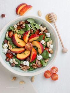 Salade met nectarine, geitenkaas, nootjes en honing