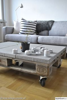 Pallet coffee table with concrete top Palette Coffee Tables, Table Palette, Concrete Furniture, Diy Pallet Furniture, Home Furniture, Diy Garden Decor, Diy Home Decor, Pallette Furniture, Interior Design