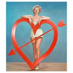 Here's a gallery of vintage Hollywood actress Valentine's Day pin-up photos, featuring Marilyn Monroe, Clara Bow, Angie Dickinson, Cyd Chari. Marylin Monroe, Fotos Marilyn Monroe, Hollywood Fashion, Vintage Hollywood, Hollywood Actresses, Hollywood Style, Earl Moran, Marlene Dietrich, Brigitte Bardot