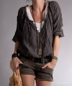 Cute little boho outfit! I love how this top is layered over a tank, and I really love the long pendant necklace and multistrand bracelets that pull the whole boho-casual look together. Style Désinvolte Chic, Style Casual, Mode Style, Casual Chic, Style Me, Casual Styles, Black Style, Hippie Chic, Estilo Hippie