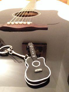 Guitare electro acoustique noire en pate fimo ✌️❤️