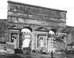 Porta Maggiore con Sepolcro di Eurisace.Gli archetti merlati risalgono al tempo di Gregorio XVI che fece demolire le porte Prenestina e Labicana,costruendo un edificio del Dazio(all'interno delle mura). Anno: Fine '800