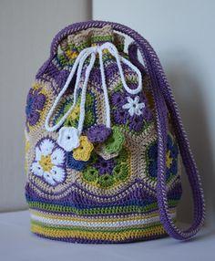 """VÅRLI : Fargerik bag i """"African flowers"""" – Crochet Bag İdeas. Crochet Doily Rug, Bag Crochet, Crochet Flower Patterns, Crochet Art, Crochet Purses, Crochet Flowers, Crochet Drawstring Bag, African Flowers, Flower Bag"""