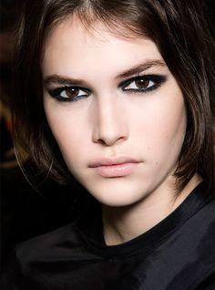 Pour tout savoir sur l'eye-liner, le rouge à lèvres, le fard à joues et les…