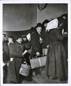 U.S. Inmigrants in Ellis Island, N.Y.,  1908