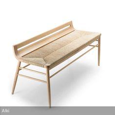 """Die Sitzbank """"Kimua"""" wurde aus hellem Eichenholz gefertigt, welches natürlich wirkt und zugleich sehr strapazierfähig ist. Die Sitzfläche besteht aus Stroh…"""