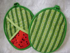 with any purchase Watermelon Potholders, Summer fruit, Watermelon Hot Pads, Watermelon Oven Mitts Melancia Potholders Verão frutas Potholders por VernieLeeDesigns Small Sewing Projects, Sewing Hacks, Diy Quilt Storage, Quilt Patterns, Sewing Patterns, Apron Patterns, Dress Patterns, Crochet Patterns, Fabric Crafts