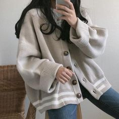 Wearing all beige is really trend this season. That's why I want to show you some beige outfit ideas, so you can get inspired from them. Gray Cardigan, Oversized Cardigan Outfit, Pullover Outfit, Oversized Clothing, Oversized Sweaters, Cardigan Fashion, Sweater Cardigan, Sweater Outfits, Casual Outfits