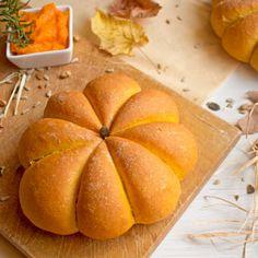 Ricetta per fare il Pane alla Zucca a forma di Zucca, un'idea Originale e Scenografica perfetta anche per il Buffet di Halloween.
