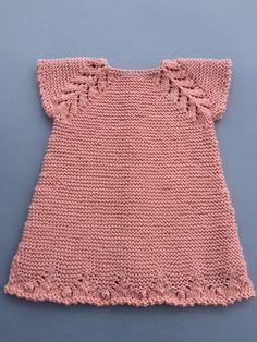 tutorial puntomoderno.com #vestido de bebé a dos agujas #diy Baby Girl Crochet Blanket, Knit Baby Dress, Crochet Baby Clothes, Crochet Baby Hats, Knit Or Crochet, Ladies Cardigan Knitting Patterns, Baby Dress Patterns, Crochet Flower Patterns, Lace Knitting