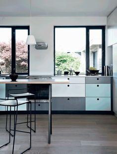 Super fint køkken med Kvik moduler og låger i massiv krydsfiner med laminatfronter fra Albero Møbelfabrik.
