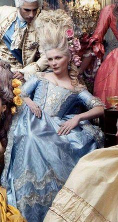 A belíssima atriz Kirsten Dunst, em seu papel como Maria Antonieta, para o filme homônimo de 2006.