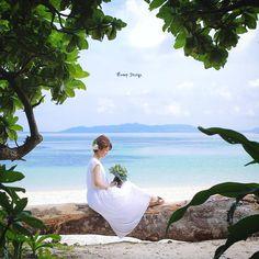 #沖縄 #石垣島 今度は 木にちょこんと座ってみたり か可愛い ここは自然がそのまま残る 野生的なビーチ 奥に見えるのはたしか #西表島 だったかなぁ #okinawa#沖縄フォト祭り#沖縄ウェディング#プレ花嫁 #日本中のプレ花嫁さんと繋がりたい #結婚式準備 #ドレス試着 #前撮り#ウェディングフォト#ロケーションフォト#ウェディングドレス
