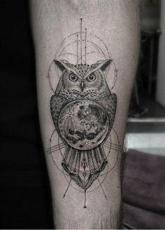Tatuagem de Coruja Feminina | Geométrica com Lua no Braço