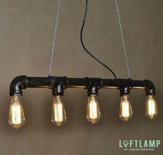 Deze zeer exclusieve, ambachtelijk gemaakte, industriële hanglamp is vervaardigd uit waterleiding pijp en geïnspireerd op de Edison stijl. Deze robuuste lamp is een echte blikvanger en doet het goed binnen een industrieel interieur.  De lamp wordt geleverd met 5 retro vintage Edison bulbjes, welke door de mooie filamenten een bijzonder warme sfeer garanderen. De lamp is door zijn kabel van 150 cm. makkelijk op iedere gewenste hoogte te hangen.