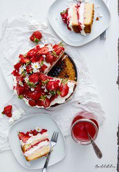 Eton Mess Cake aka Erdbeer-Törtchen mit Baiser und Mascarpone-Creme. Ein Sommernachtstraum.