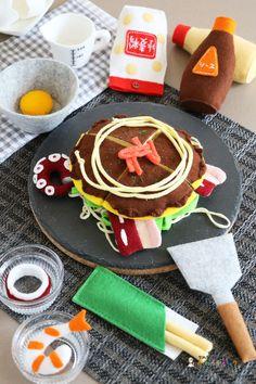 お好み焼き(フェルトままごとブック) - 型紙屋 かわうそブック Food Crafts, Diy And Crafts, Crafts For Kids, Arts And Crafts, Felt Food Patterns, Felt Play Food, Pretend Food, Fabric Toys, Tomoe