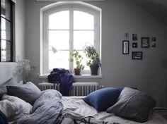 Ljus, luftig och trendig är tre ord som beskriver Louise Ljungbergs fina vindslägenhet i Aspudden. Nu är den till salu.