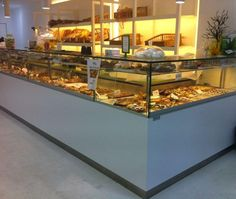 Os presentamos nuestro último trabajo. Diseño y fabricación de vitrinas y mostradores. Panadería, Pastelería y Cafetería SKAZU CAFFE. Av de Colón, en Badajoz.