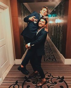 carrying my drunk friend home from the premiere Liza And David, David Dobrik, Vlog Squad, Squad Goals, Carly And Erin, Zane And Heath, Jimmy Tatro, Alex Ernst, Model Tips