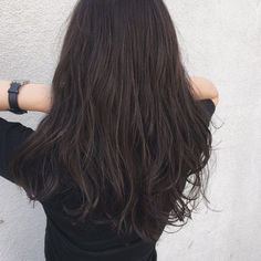 みなさんこんにちは❤️22日のMAQUIAのビックイベント「ビューティーシェア」でなにを着たらいいのかまったくわからないSayuriです。とりあえず髪だけでも秋仕様にしておこうといつもおなじみの「ACQUA青山」の泓田さんのところへ。Sayuri:「秋っぽくしてく... Office Hairstyles, Permed Hairstyles, Summer Hairstyles, Cool Hairstyles, Long Curls, Long Wavy Hair, Ash Brown Hair Color, Hair Arrange, Hair Designs