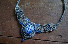 Makramee Kette mit einem wunderschönen Skarabäus Stein aus Ägypten,  eingefasst im gewachsten Garn und verziert mit weiteren Perlen.     *Skarabäus...