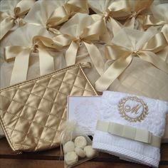 Kit para madrinhas - Necessaire + sabonete + toalha bordada com a inicial da madrinha.