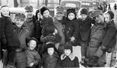 Finnish child evacuees with soldiers. Old Pictures, Old Photos, Finnish Civil War, Night Shadow, Fight For Us, Iconic Photos, Red Army, Life Magazine, Armed Forces