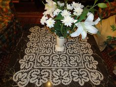 Really pretty table runner made wtih Bruges lace Crochet Home, Irish Crochet, Knit Crochet, Table Runner And Placemats, Crochet Table Runner, Lace Doilies, Crochet Doilies, Bruges Lace, Romanian Lace