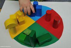 Přikládání barevných kostek #drevenekostky #barvy #batole #colors #matchingcolors #woodencubes #woodenshapedcubes